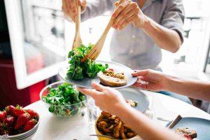 متخصص تغذیه خوب چگونه به مراجعه کنندگان کمک می کند؟